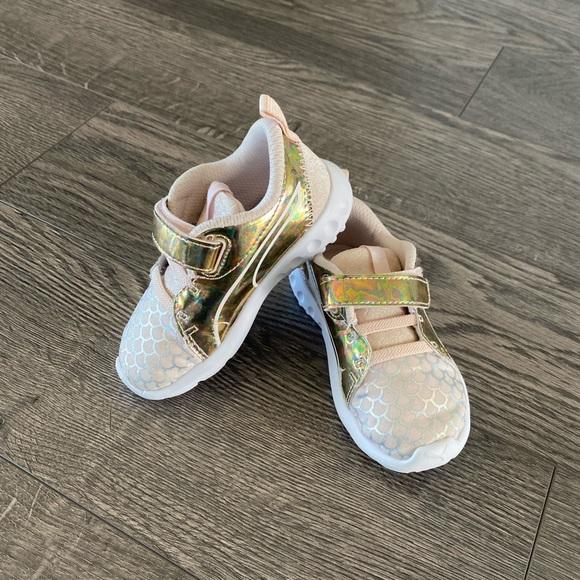 Toddler girl Puma runners size 6